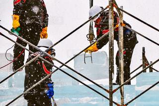 雪に覆われた斜面をスキー男 - No.907206