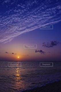 水の体に沈む夕日の写真・画像素材[908233]