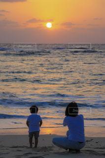 ビーチでの背景の夕日に人々 のグループ - No.908235