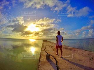 夕日に向かっての写真・画像素材[908242]