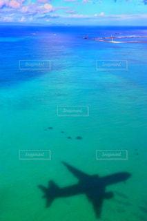 青い水の中飛ぶ飛行機の写真・画像素材[908254]