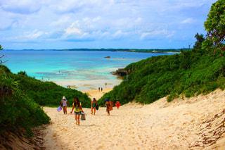 水の体の近くのビーチの人々 のグループ - No.908299