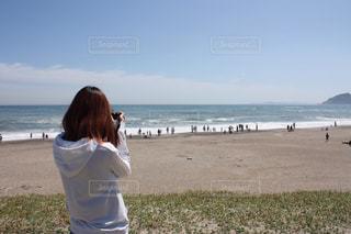 ビーチの前に立っている人の写真・画像素材[1316653]