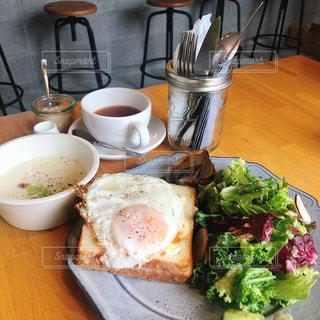 食品やコーヒー テーブルの上のカップのプレートの写真・画像素材[1274844]