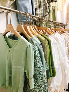 ファッション,夏,屋内,白,日常,爽やか,洋服,たくさん,韓国,生活,グリーン,ニット,ライフスタイル,繊維,収納,クローゼット,黄緑,おしゃれ,ガーデン,夏服,衣替え,整理整頓,韓国ファッション
