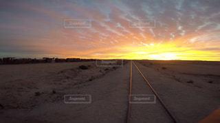 ボリビア ウユニ 列車の墓場での夕焼け。 - No.916789