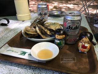 焼き牡蠣とアサヒスーパードライの写真・画像素材[929542]