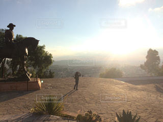 丘の上からの夕日の写真・画像素材[958782]