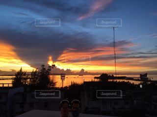 タイ シラチャ ホテルからの夕日の写真・画像素材[958974]