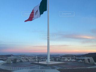 メキシコ国旗と夕日の写真・画像素材[959021]