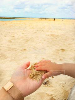 子ども,海,夏,屋外,砂,ビーチ,砂浜,手,沖縄,旅行,休暇,ハンド,ママと子ども,ミルクティー色