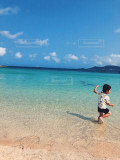 海,空,ビーチ,青,後ろ姿,砂浜,海辺,沖縄,人物,背中,人,男の子,はしゃぐ人