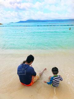 海,空,ビーチ,親子,青,後ろ姿,砂浜,海辺,沖縄,人物,背中,人,男の子,お父さん,父と息子