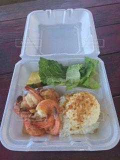 トレイの上に食べ物の種類の入ったプラスチック容器の写真・画像素材[910455]