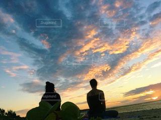 沖縄。朝日を待ちながらヨガ。の写真・画像素材[977805]