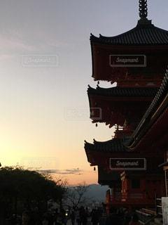 背景の夕日と建物の写真・画像素材[912104]