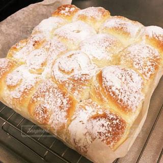 テーブルの上に座ってパンの写真・画像素材[912838]