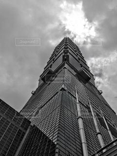 建物の側に時計と大きな背の高い塔の写真・画像素材[929478]