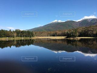 背景の山と水に囲まれた湖の写真・画像素材[915040]