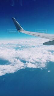 大型航空機を空中に高く飛ぶの写真・画像素材[1037335]
