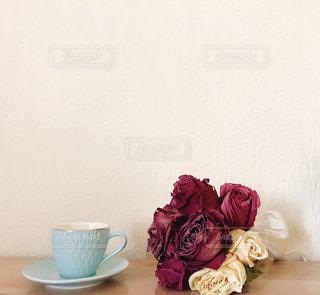 テーブルの上の花の花瓶の写真・画像素材[1861998]
