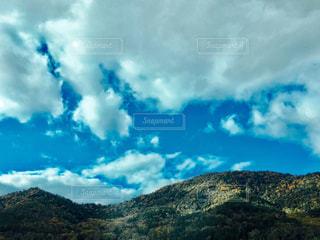 背景の山と木の写真・画像素材[1118440]