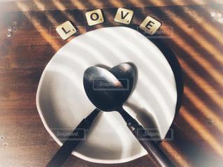 LOVE,アート,影,光,テーブル,スプーン,ハート,木製,食器,ウッディ,ラブ,ブラウン,お皿,ホワイト,ストライプ,ウッド,マーク,おしゃれ,英文字