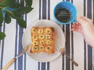 食べ物,スイーツ,カフェ,カフェごはん,コーヒー,食事,朝食,屋内,緑,植物,パン,デザート,フォーク,ナイフ,テーブル,フルーツ,果物,ランチョンマット,おやつ,皿,トースト,コップ,リラックス,ティータイム,観葉植物,朝ごはん,おいしい,食パン,テーブルフォト,モーニング,おうちカフェ,手作り,ドリンク,お皿,おうち,指先,ライフスタイル,レシピ,手元,アレンジ,おしゃれ,バナナ,おうち時間,食パンアレンジ