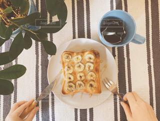 食べ物,スイーツ,カフェ,カフェごはん,コーヒー,食事,朝食,屋内,緑,植物,パン,デザート,フォーク,ナイフ,テーブル,果物,ランチョンマット,おやつ,トースト,コップ,リラックス,ティータイム,観葉植物,朝ごはん,おいしい,食パン,テーブルフォト,モーニング,おうちカフェ,手作り,ドリンク,お皿,おうち,指先,ライフスタイル,スナック,手元,アレンジ,おしゃれ,バナナ,おうち時間,食パンアレンジ