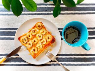 食べ物,スイーツ,カフェ,カフェごはん,コーヒー,食事,朝食,屋内,緑,植物,パン,デザート,フォーク,ナイフ,テーブル,果物,ランチョンマット,おやつ,皿,トースト,コップ,リラックス,ティータイム,料理,観葉植物,朝ごはん,おいしい,食パン,テーブルフォト,モーニング,おうちカフェ,手作り,ドリンク,お皿,おうち,ライフスタイル,アレンジ,おしゃれ,バナナ,おうち時間,食パンアレンジ