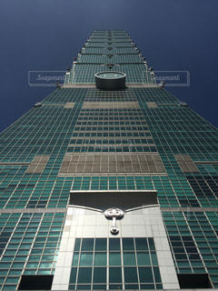 真下から見上げる台北101の写真・画像素材[924730]
