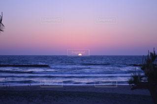 水の体に沈む夕日の写真・画像素材[913710]