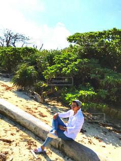 砂の中に立っている男の人 - No.915753