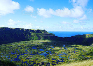 近くに草が茂った丘のアップの写真・画像素材[937814]
