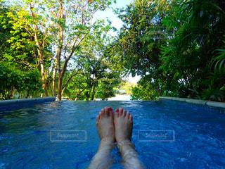 体内の水を泳いでいる人の写真・画像素材[1154942]