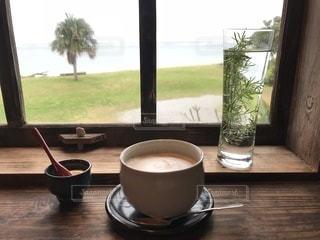 ウィンドウの隣に座ってコーヒー カップ - No.1159020