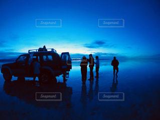 水の中に立っている人々 のグループの写真・画像素材[1321834]