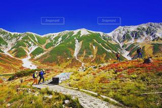 山の上に立っている人のグループの写真・画像素材[1525663]