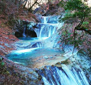 いくつかの水の上の大きな滝の写真・画像素材[1624408]
