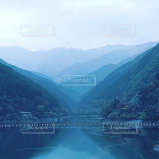 背景の山と水の大きな体のビューの写真・画像素材[1624415]