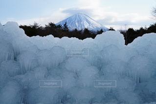 近く雪に覆われた山の写真・画像素材[1767560]