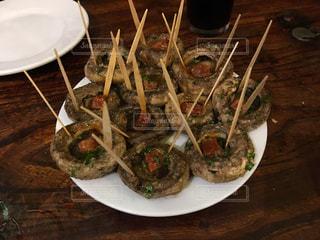 テーブルの上に食べ物のプレートの写真・画像素材[918662]