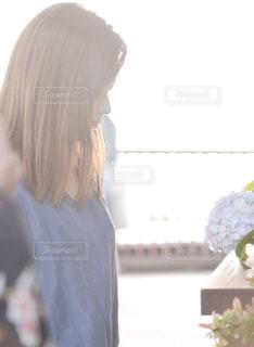 カメラを探している女性の写真・画像素材[1059389]