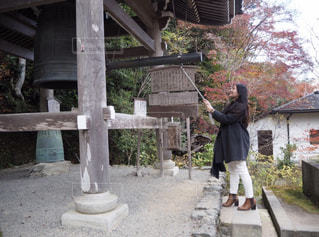 建物の前に立っている人の写真・画像素材[1081717]