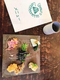 テーブルの上に食べ物の写真・画像素材[1148008]