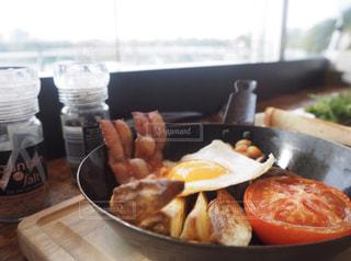 テーブルの上に食べ物のボウルの写真・画像素材[1148011]