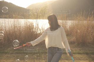 草の上に乗って人カバー フィールドの写真・画像素材[1263143]