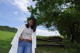 草の中に立っている人の写真・画像素材[1263144]