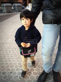 子供を持っている人の写真・画像素材[930947]