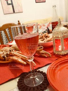 木製のテーブル、板の上に食べ物のプレートをトッピングの写真・画像素材[931550]